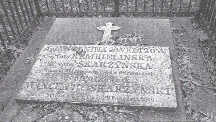 Płyta nagrobna Skarżyńskich na cmentarzu przykościelnym w Kaźmierzu (ze zbiorów Remigiusza Kaczmarczyka z Sokolnik Wielkich)