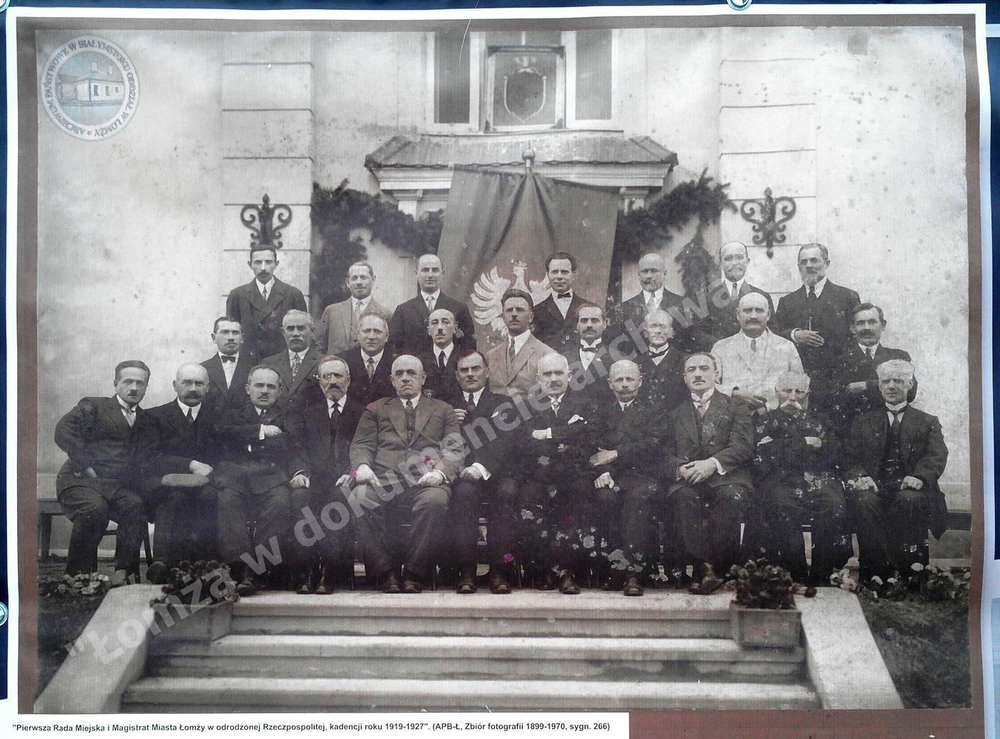 Pierwsza Rada Miejska w Łomży kadencja: 1919-1927 od lewej siedzą: Radny K. Winnicki; Ławnicy: Br. Łada, A. Antosiewicz, H. Epsztejn, D-r Sz. Pełtyn, Prezydent Wł. Świderski, Prezes Rady K. Antosiewicz, Vice-prezes R. Bielicki, Sekretarz Rady D-r J. Karbowski; Radni: A. Karaszewski, Wt. Żalek; stoją w pierwszym rzędzie: A. Domowicz, M. Orłowski, D-r Sz. Goldiust, P. Gajst, D-r M. Czarnecki, J. Brański, W. Bielicki, Fr. Hryniewicz, B. Podsiad; stoją w drugim rzędzie: K. Jarosieński, M. Garbarski, B. Cukierbraum, M. Fuhrer, B. Giedrojć, H. Mark, J. Giełczyński.