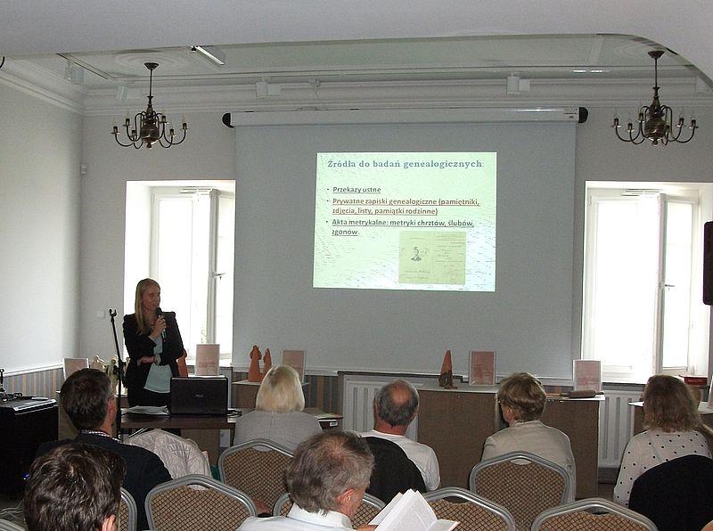 mgr Monika Smakowska wystąpiła z prelekcją poświęconą fotografii jako źródło do badań genealogicznych