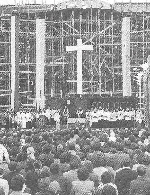 Podczas wmurowania kamienia węgielnegopod nowy kościół w Duczkach k/Wołomina