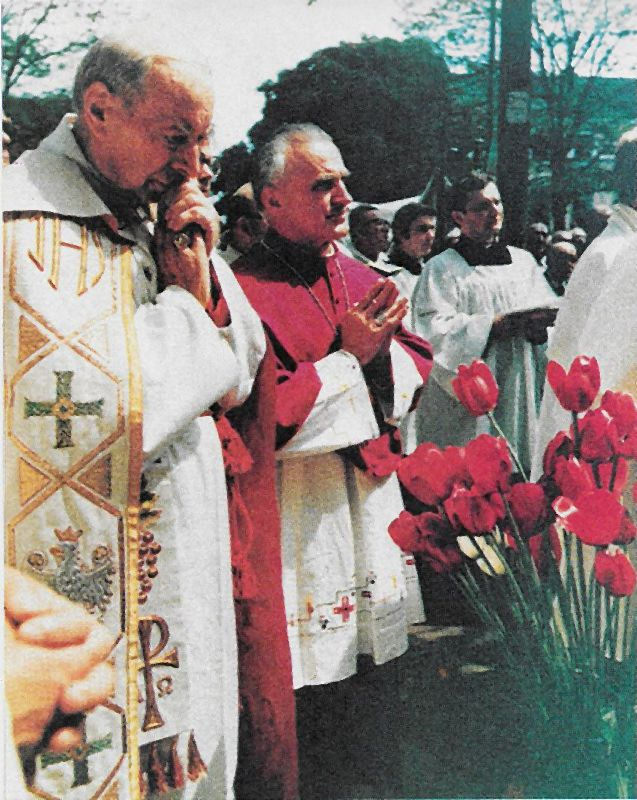 Prowadzi procesję Bożego Ciała w stoilcy. Obokabp Franciszek Kucharić z Zagrzebia