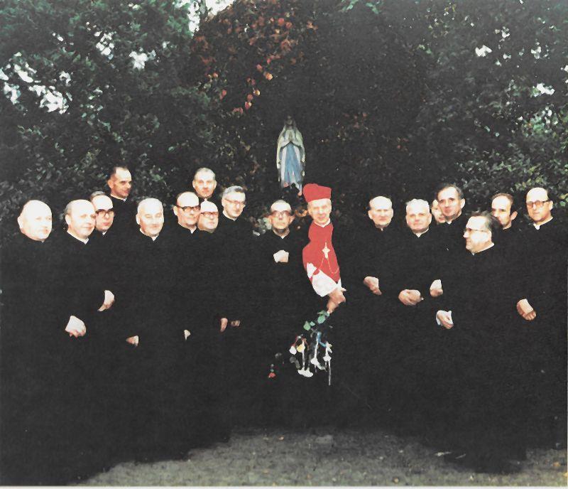 Wśród księży obchodzących 25 lecie święceń kapłańskich w Marysinie Wawerskim. Najbliżej Księdza prymasa stoją:Ks. Proboszcz Jerzy Dziurzyński i ks. prałat Leopold Włudyka