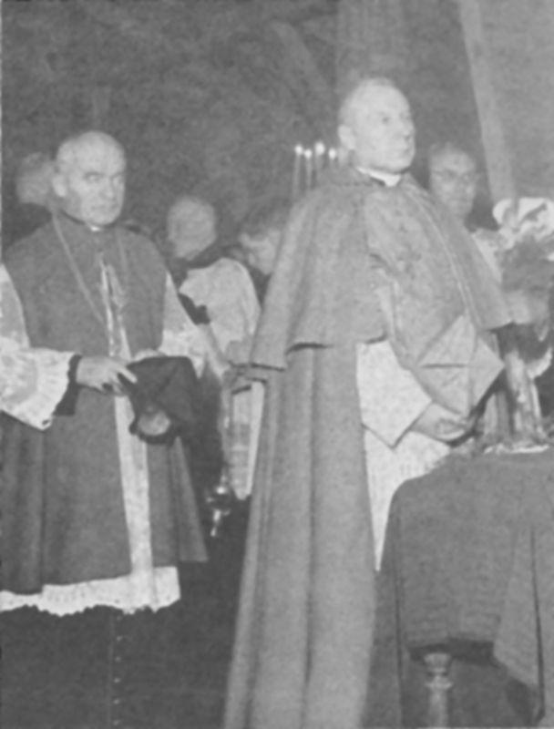 W drewnianej kaplicy w Zalesiu Dolnym. Obok ks. kapelan W. Padacz