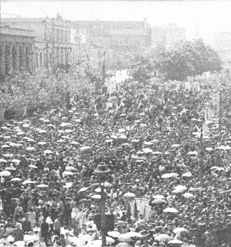 W procesji Bożego Ciała w Warszawie biąrą tysięczne rzesze wiernych, nie tylko mieszkańców stolicy
