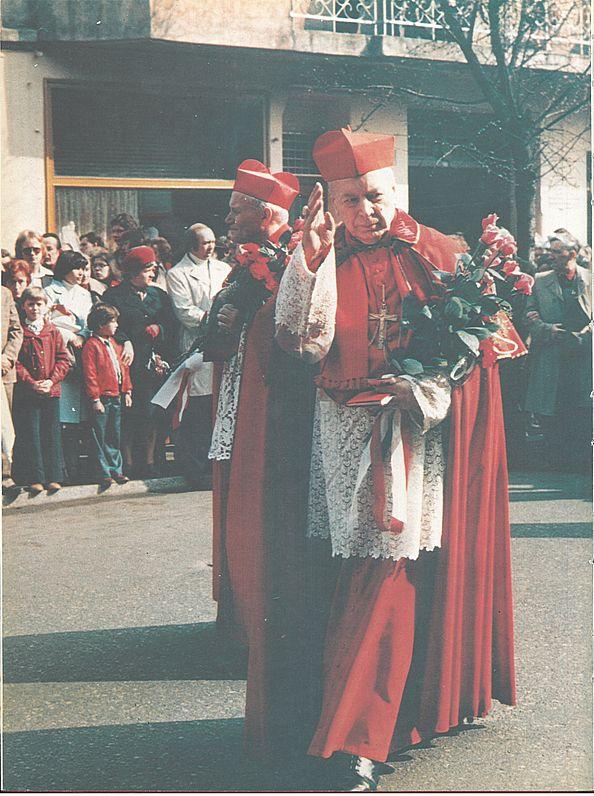Wraz z kard. Karolem Wojtyłą idzie w procesji świętowojciechowej ulicami Gniezna