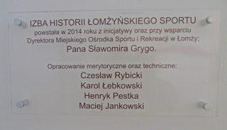 Tabliczka honorująca twórców Izby Historii Łomżyńskiego Sportu