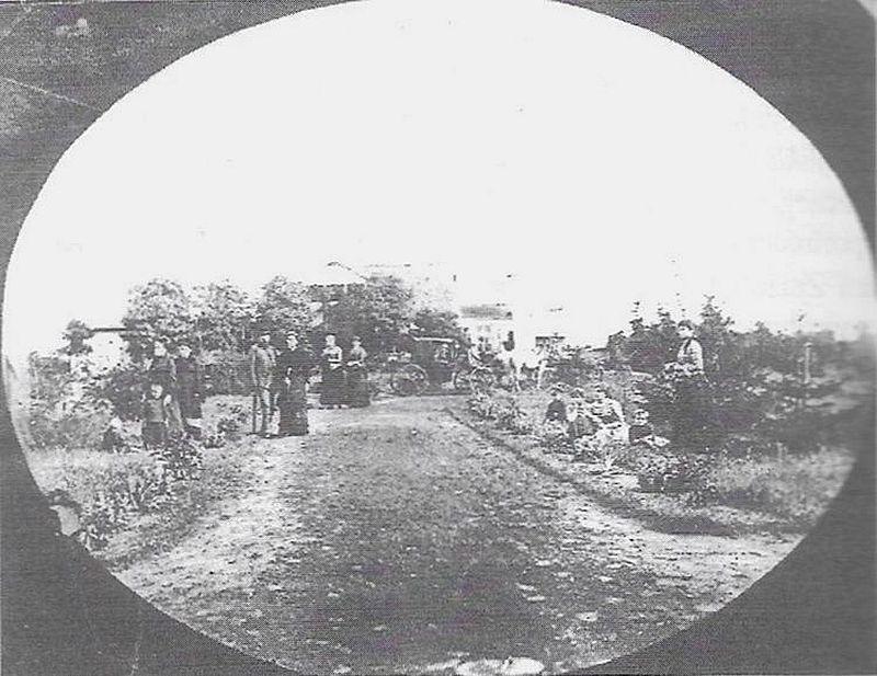 Kępa lato 1884 r. za państwem Fleury Maria i Helena Skłodowskie