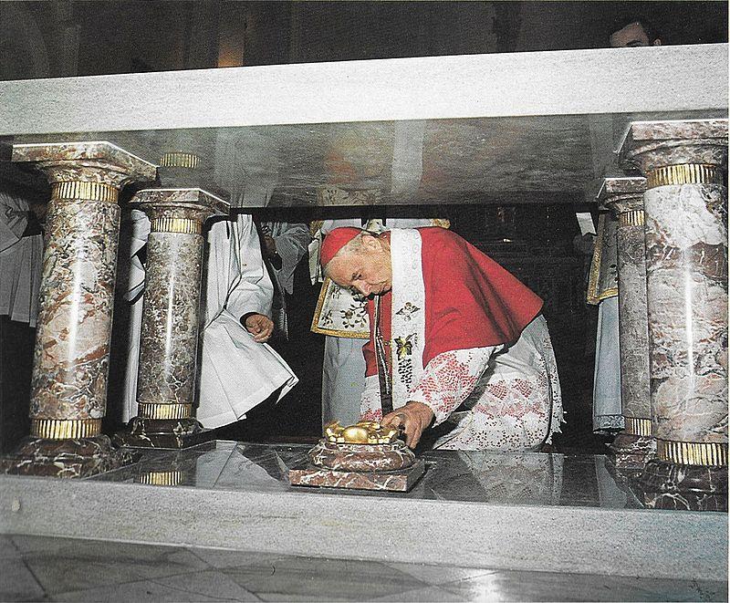 konsekruje-nowy-oltarzw-odbudowanym-kosciele-sw-piotra-i-pawla-przy-parafii-sw-barbary-w-warszawie
