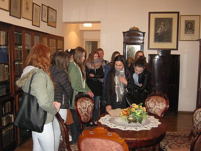 Uczniowie Szkół Ekonomicznych zwiedzają siedzibę ŁTN i gabinet Janiny i Piotra Bańkowskich