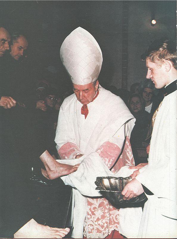 umywa-nogi-12-starcom-podczas-liturgiiwielkoczwartkowejw-archikatedrze-warszawskiej