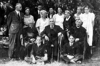 Roman Dmowski w Drozdowie w otoczeniu rodziny Niklewiczów i księży - Krysiaka (z lewej) i Mielnickiego (z prawej), podczas swoich ostatnich imienin 9 sierpnia 1938 r /za http://www.powiatlomzynski.pl/fotogaleria.php?id=1410/