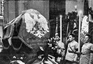 Sztandar Stronnictwa Narodowego Powiatu Łomżyńskiego na trumnie Romana Dmowskiego /za http://www.powiatlomzynski.pl/fotogaleria.php?id=1420/