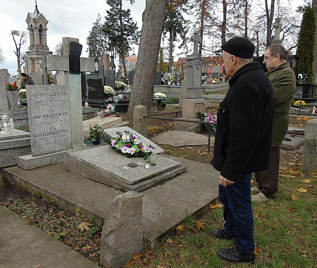 Grób Kraszewskich - zasłużonej rodziny mieszczan łomżyńskich związanej szczególnie z niepodległościowym ruchem narodowym oraz organizacją POW
