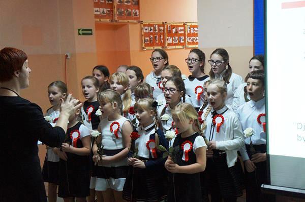 """Chór """"Szkolne Słowiki"""" w repertuarze patriotycznym"""