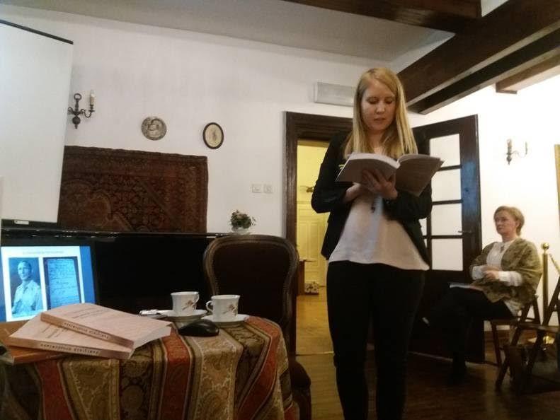 Współredaktorka Pamiętnika drozdowiaka Monika Smakowska w czasie prezentacji multimedialnej przygotowanej na promocję książki (w tle druga z redaktorek M.K. Frąckiewicz)