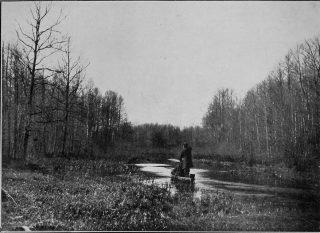 Jak trzeba było, to my na łódkach Woźnawieńskim kanałem do Kuligów jechali. Foto 1937 r.