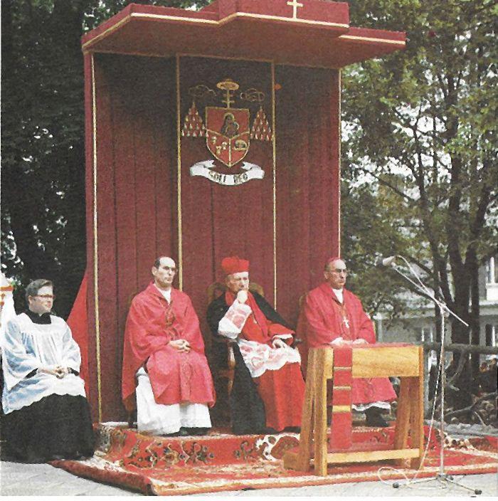 Na Górze Świętej Anny, w otoczeniu bpa A. Nossola i bpa B.Dąbrowskiego oraz ks. kapelana B. Piaseckiego.jpg