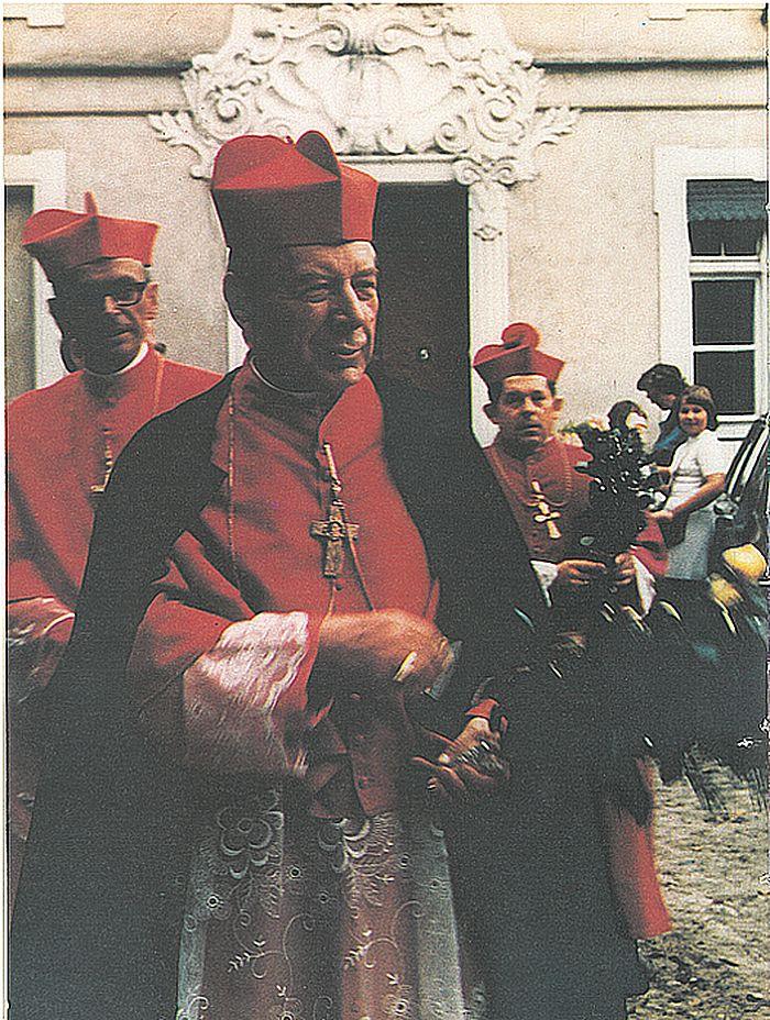 Na Hozjuszowej Warmii, w towarzystwie karb F. Macharskiego i bpa Józefa Glempa - obecnego Prymasa Polski.jpg
