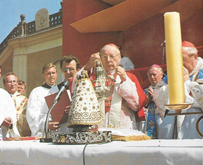 Podczas koronacji figurki Matki Bożej w Wambierzycach.jpg
