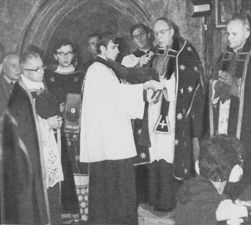 Przewodniczy uroczystościom wtórnego pogrzebu króla Kazimierza Jagielończyka i królowej Elżbiety w katedrze wawelskiej. Pierwszy z prawej -