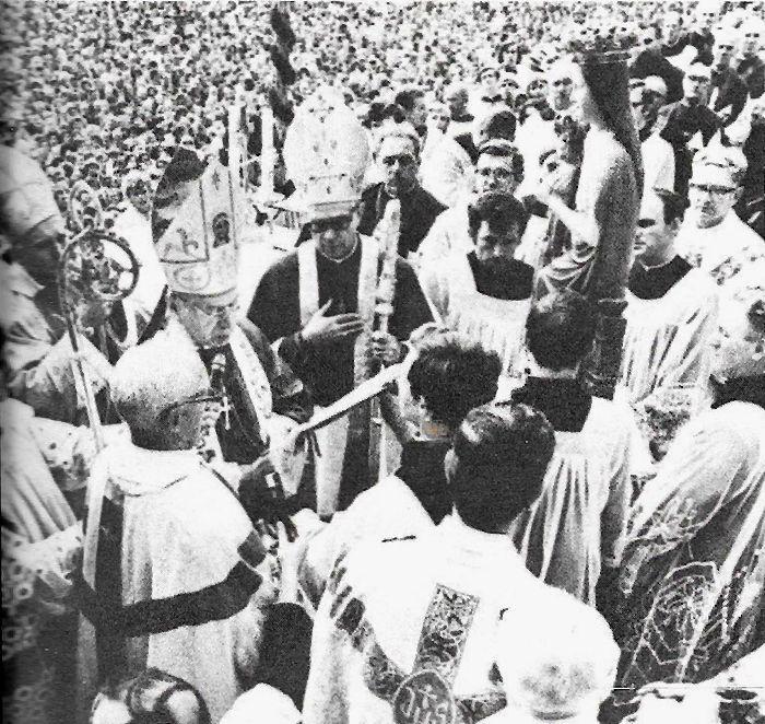 W asyście kard. Wojtyły i biskupa M. Sasinowskiego ddokonuje koronacji figury Matki Bożej z Dzieciątkiem w Sejnachokonuje koronacji figury Matmi Bożej z Dzieciątkiem w Sejnach