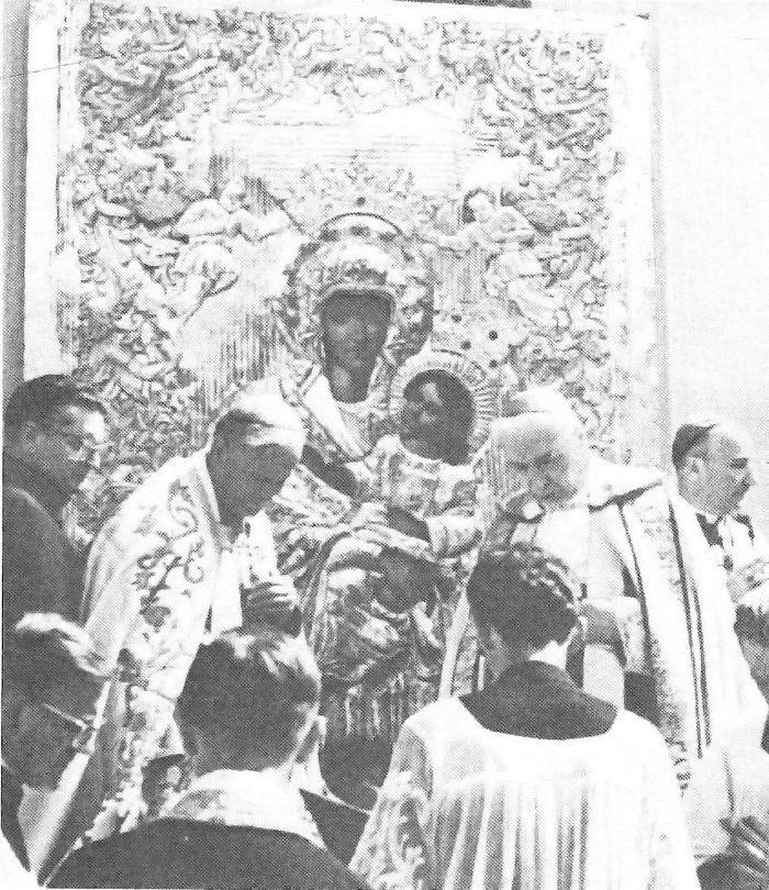 Wraz z kard. K. Wojtyłą i bp J. Drzazgą oraz ks. prowincjałem W. Janczakiem TJ koronuje obraz Matki Boskiej w św. Lipce.jpg