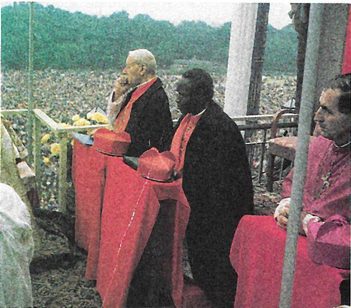 Z czarnym kardynałem. Pawłem Zoungraną, w sanktuarium Czarnej Madonny.