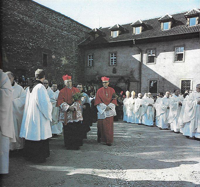 Z kard. F. Macharskim na dziedzińcu klasztornym OO Bernardynów w Tyńcu.