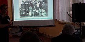 W czasie programu artystycznego były prezentowane zdjęcia archiwalne.