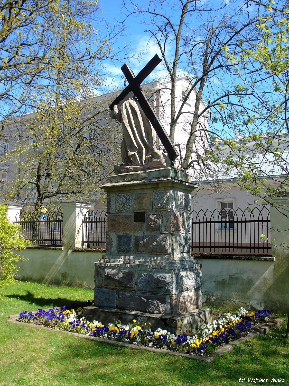 Jezus_widok całego pomnika_FB