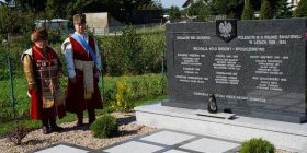 Nowy pomnik. Przedstawiciele Łomżyńskiego Bractwa Kurkowego oddają hołd mieszkańcom Jeziorka - ofiarom II wojny światowej.