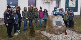 Uczniowie szkoły w Jeziorku obok głazu z tablicą upamiętniającą ppor. Stanisłąwa Marchewkę ps.